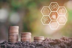 De geldstapel voert het groeien het geld van de de groeibesparing met pictogrammen over bedrijfsstrategie op beeld op stock foto