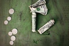 De geldvlakte legt contant gelddollars op groen rustiek hout royalty-vrije stock foto's