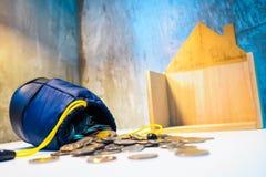 De geldzak en het stapelen van gouden medaillesmuntstuk met groeien binnen op houten stock afbeelding