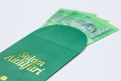 De geldzak wordt gegeven van volwassene aan kinderen tijdens Eid Mubarak-viering in Maleisi? stock foto
