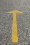 De gele abstracte achtergrond van de verkeerspijl Stock Afbeelding