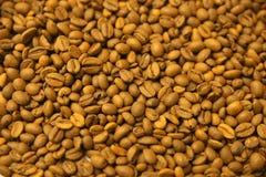 De gele achtergrond van koffiebonen Royalty-vrije Stock Fotografie