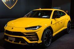 De gele auto van Lamborghini Urus bij auto toont stock afbeeldingen