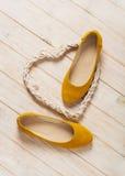 De gele ballerina's van vrouwen` s schoenen op houten achtergrond Stock Afbeelding