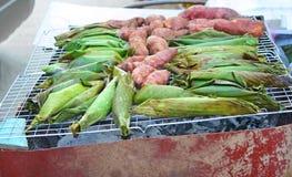 De gele bataat en de Zwarte Kleverige Rijst met Kokosmelk, Taro bonden strak in banaanbladeren Kao Niew Piak op houtskool stock afbeeldingen