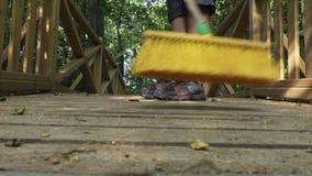 De gele borstel veegt close-up af stock videobeelden