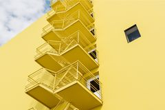 De gele bouw met brandtrapladder, lage hoek stock illustratie