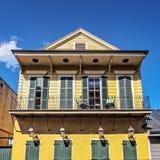 De gele Bouw met 4 Gaslampen, Groene Deuren en Blinden Frenc Royalty-vrije Stock Afbeeldingen
