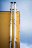 De gele bouw met schoorsteen royalty-vrije stock afbeeldingen