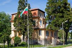 De gele bouw van het Bulgaarse Nationale Instituut van Meteorologie en Hydrologie, een filiaal in Varna stock foto's