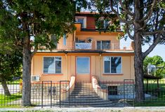 De gele bouw van het Bulgaarse Nationale Instituut van Meteorologie en Hydrologie, een filiaal in Varna Front View stock foto's