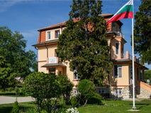 De gele bouw van het Bulgaarse Nationale Instituut van Meteorologie en Hydrologie, een filiaal in Varna Zachte nadruk stock afbeeldingen