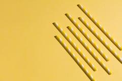 De gele buizen zijn geplaatste parallelle, kleine zaken royalty-vrije stock foto's