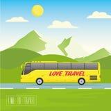 De gele bus gaat op de weg Bergen, weg en van het wolkenlandschap vectorillustratie Royalty-vrije Stock Afbeeldingen