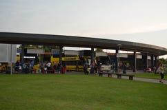De gele bussen en het wit van Ecolines bij een post in Mariampol, Letland royalty-vrije stock foto's