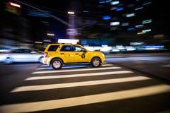De Gele Cabine die van NYC snel bij Nacht in Manhattan, New York overgaan Stock Afbeelding