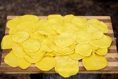 De gele cake ligt op een houten dienblad Royalty-vrije Stock Afbeelding