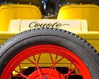 De Gele Coyote - een Achtermening van een Uitstekende Open tweepersoonsauto royalty-vrije stock foto