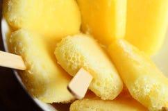 De gele die Lollies van het Ananasijs in Witte Kom Luchtclos worden gegroepeerd stock afbeeldingen
