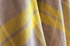 De gele en beige textieltextuur van het stoffendetail stock afbeelding