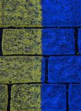 De gele en blauwe achtergrond van de baksteentextuur in Reykjavik ijsland stock foto's
