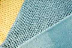 De gele en blauwe diagonale textiel met verschillende texturen, sluit omhoog Hoogste mening Abstract geruit patroon Stock Foto's