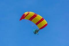 De gele en rode luifel dreef paragraaf-zweefvliegtuig aan achter elkaar Stock Afbeeldingen