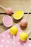 De gele en roze cake knalt Stock Foto's