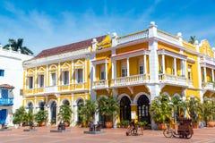 De gele en Witte Koloniale Bouw Royalty-vrije Stock Foto's