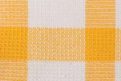 De gele en witte stof van de schaakhanddoek Tafelkleedtextuur Royalty-vrije Stock Afbeeldingen