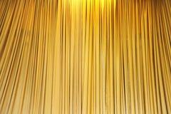 De gele gordijnen van het fluweeltheater Stock Foto's