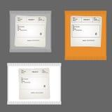 De gele, grijze en witte verpakkende pakketten regelen en rechthoekig met de de gegevensafzender en ontvanger op een grijze achte Stock Foto