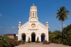 De gele kathedraal van de pastelkleur en lichtblauwe hemel Royalty-vrije Stock Afbeeldingen