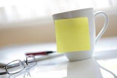 De gele kleverige nota van het bureau Stock Afbeeldingen