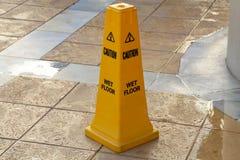 De gele kolom dichtbij de pool, waarschuwt van gevaar royalty-vrije stock afbeelding