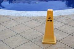 De gele kolom dichtbij de pool, waarschuwt van gevaar royalty-vrije stock afbeeldingen