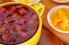 De gele kom met traditioneel smakelijk Latijns-Amerikaans de bessensap van coladamorada, die bloed van die symboliseren overlijdt Stock Afbeeldingen