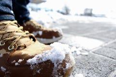 De gele Laarzen in Sneeuw sluiten omhoog stock fotografie