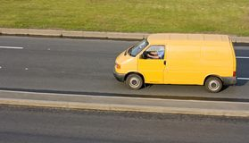 De gele lege vrachtwagen van de leveringsbestelwagen Royalty-vrije Stock Afbeeldingen