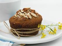 De gele muffin van de bloemamandel Stock Afbeeldingen