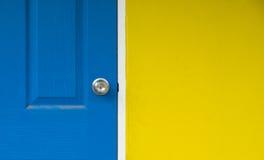 De gele muur en de dichte blauwe deur voor achtergrond, blauwe deur zijn gesloten Royalty-vrije Stock Foto