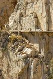 De gele muur van de bergrots met roestige klemmen, Gr Camino del Rey, royalty-vrije stock fotografie