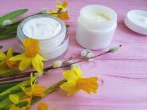 De gele narcissen romen het kosmetische lucht hoogste van het de containerproduct van de meningsbescherming gezichtsmasker op roz stock fotografie