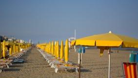 De gele paraplu's openen op het strand voor de nieuwe zomer stock foto's