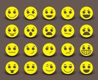 De gele pictogrammen van het smileygezicht en emoticons met gelaatsuitdrukkingen royalty-vrije illustratie