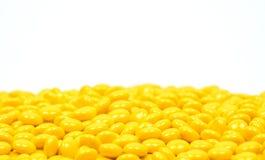 De gele pillen van suikerdragees op witte achtergrond royalty-vrije stock fotografie