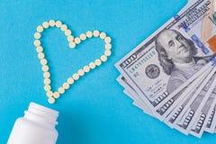 De gele pillen worden opgemaakt in de vorm van een hart Royalty-vrije Stock Afbeelding