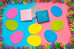 De gele, roze, en blauwe Punchy achtergrond van Pastelkleurpasen en screensaver met giften stock foto's