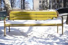 De gele stoel van de de wintersneeuw stock afbeeldingen