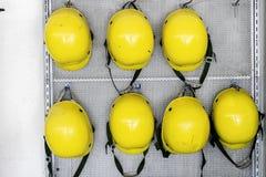 De gele techniek van de veiligheidshelm, Bouwvakkermateriaal Om ramp, het gevaar van ongevallen te verhinderen Voorbereidingen ge stock afbeelding